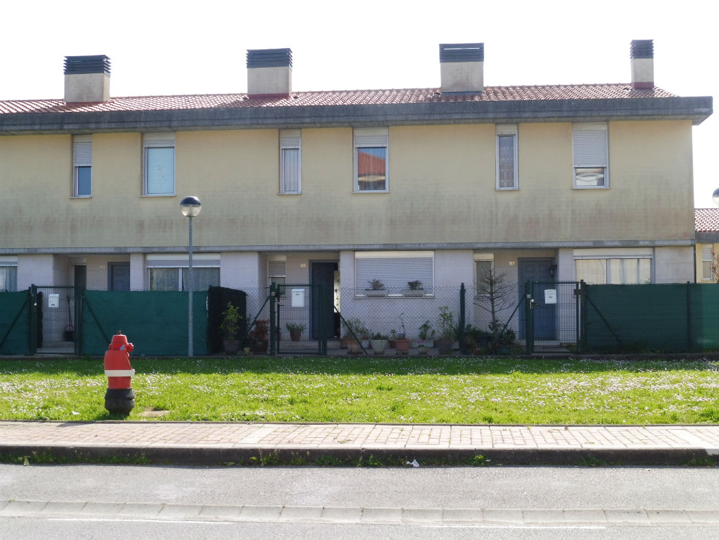 Se vende chalet adosado en urbanización Privada Peñacastillo